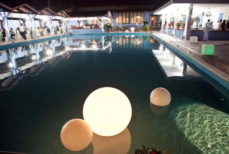 Giornata in piscina per 2 persone con pranzo a bordo for Cena in piscina