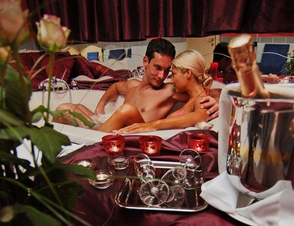 3 Ore di Coccole oppure Pernottamento di una Notte per 2 Persone in Suite a Tema con Vasca Idromassaggio e Prosecco a Chiaiano