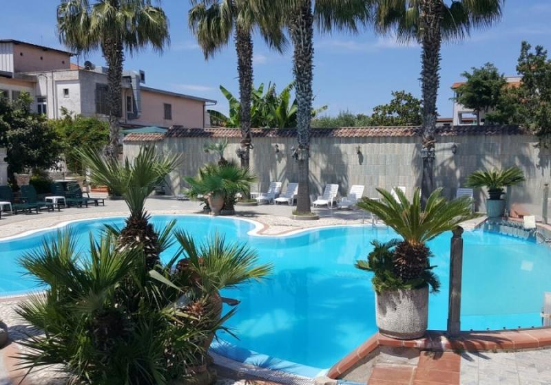 Ingresso piscina con lettino presso hotel orchidea - Hotel mioni pezzato ingresso piscina ...